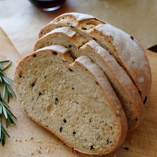 Receta para preparar pan rústico con aceitunas negras y romero