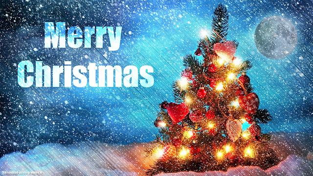 Kerst wallpaper met kerstboom, kerstverlichting, kerstballen, sneeuw, de maan en tekst Merry Christmas