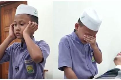 Mulia !!  Bocah Ini Azan Setiap Hari Demi Kesembuhan Ayahnya Yang 1 Tahun Koma Karena Kecelakaan