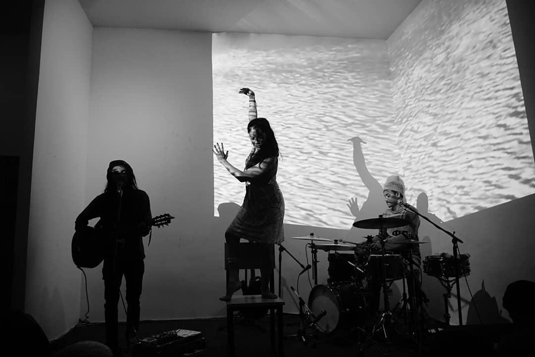 Cristina Duque menari merespon musik Trio Project But Duo
