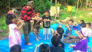 Kak Tony Sahabat Dongeng sedang mengajarkan cara mencuci tangan