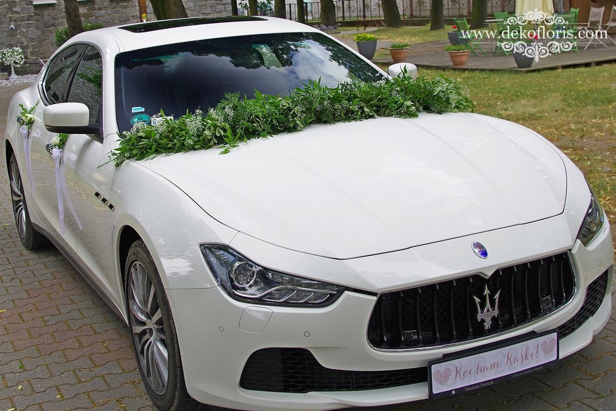 Białe kwiaty - dekoracja samochodu ślubnego opolskie