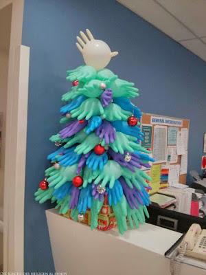 Weihnachtsbaum aus Gummi Handschuhen im Krankenhaus lustig