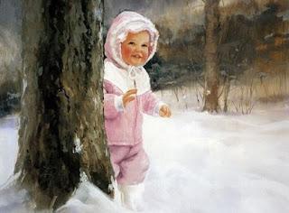 Menina vestindo roupa rosa brinca na neve próxima de um tronco de árvore.