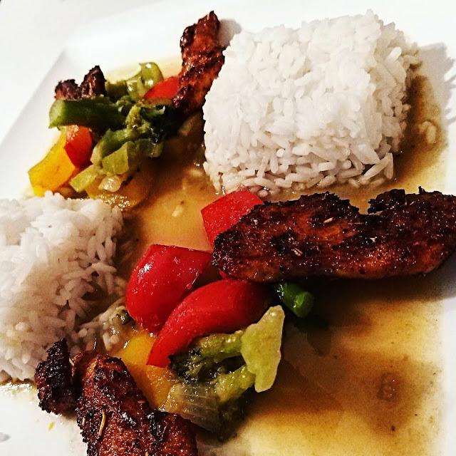 Przepisy kulinarne - Roślinna premiera - Zielone curry na mleku kokosowym z grillowanym kurczakiem i warzywami