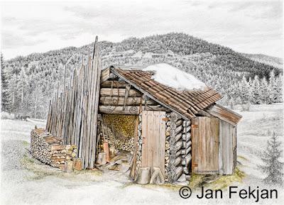 Bilde av digigrafiet 'Vedskjul'. Digitalt trykk laget på bakgrunn av en tegning av et gammelt hus. Hovedmotivet er en gammel gårdsbygning, et vedskjul. I tillegg til ved, vises huggestabber, sager og andre gamle redskaper. Omgivelsene er i svart-hvitt, mens loftet er kolorert og har farge. Stilen kan beskrives som figurativ, nasjonalromantisk og realistisk. Bildet er i breddeformat.