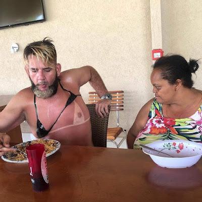 Witziges Bild - Mit Oma am Tisch essen