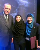Source: NanoBio Lab,  A*STAR. Professor Ying (right) and her daughter (middle) with Turkish president Recep Tayyip Erdogan at the  TÜBA  award ceremony.