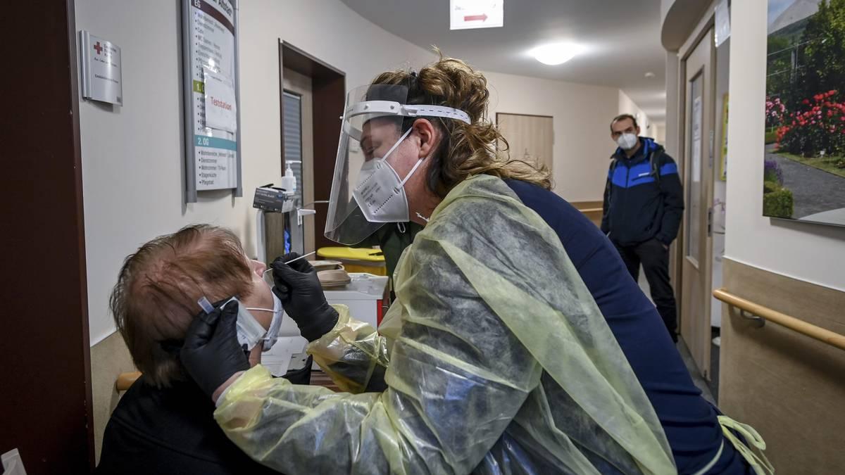 Científicos aseguran que vacuna AstraZeneca no es recomendada para mayores de 65