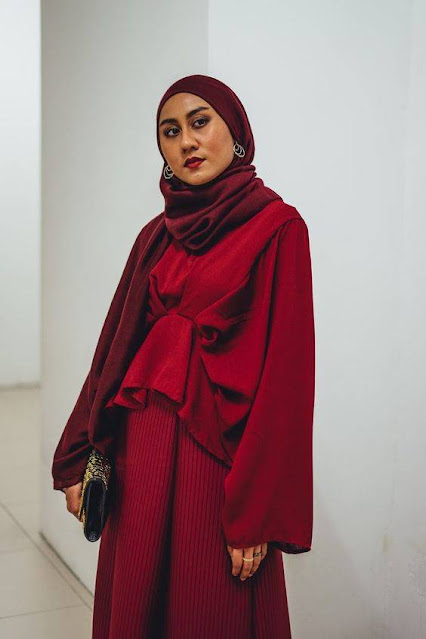 Maroon color is very elegant when worn. Not only that, for those of you who have dark skin, you can choose a veil with a maroon color. Its calm nuances will make your facial skin glow. The rectangular hijab from MissMarina has a soft maroon color and is suitable for those of you with dark skin.