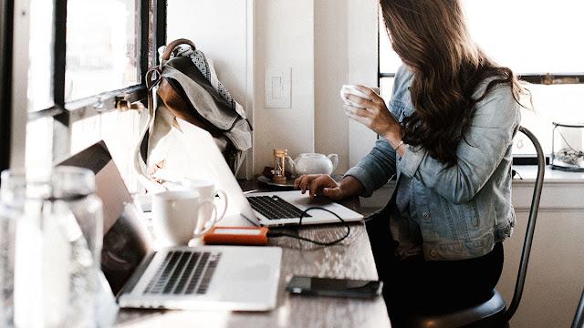 girl working in coffee shop