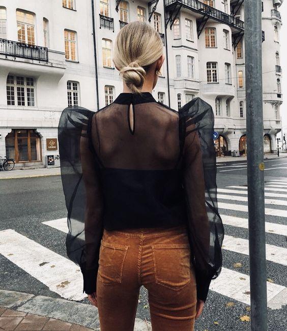 #whisperbysara #streetstyleblog #streetstyle #mangabufante #bordado #mangasino #blusaprincesa #coquebaixo #golaalta #ruffle #rufflesleeve #poetsleeve #blouse #princessblouse #lowbun #josefinehj #matildadjerk