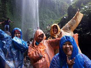 Bermain air di Air Terjun Madakaripura Probolinggo, Jawa Timur
