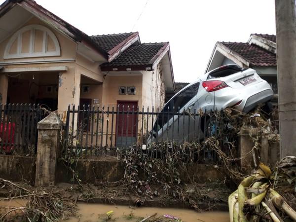 Sidikalang di Goyang, Lintas Berastagi Longsor, Medan Terendam