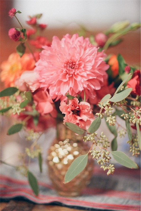 boda con toques etnicos flores en jarron mercurizado chicanddeco