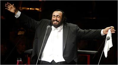 Foto de Luciano Pavarotti con pañuelo blanco