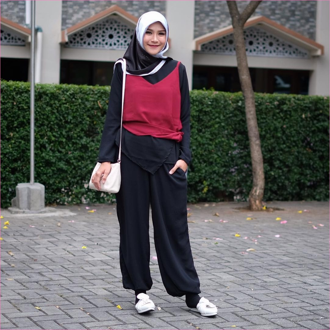 Mix And Match Outfit Baju Luaran (Inner) 2018 Ala Selebgram tank top merah maroon top blouse kemeja mangset celana pallazo cullotes hitam segiempat hijab square satin biru muda slingbags kaos kaki loafers and slip ons putih ootd trendy