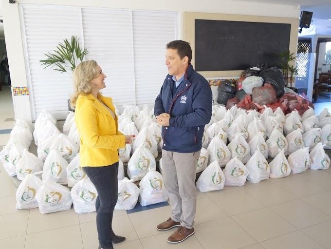 Colégio Adventista faz doação de cestas básicas e agasalhos para a Prefeitura de Gravataí