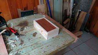 Cajita de madera con tapa escondida