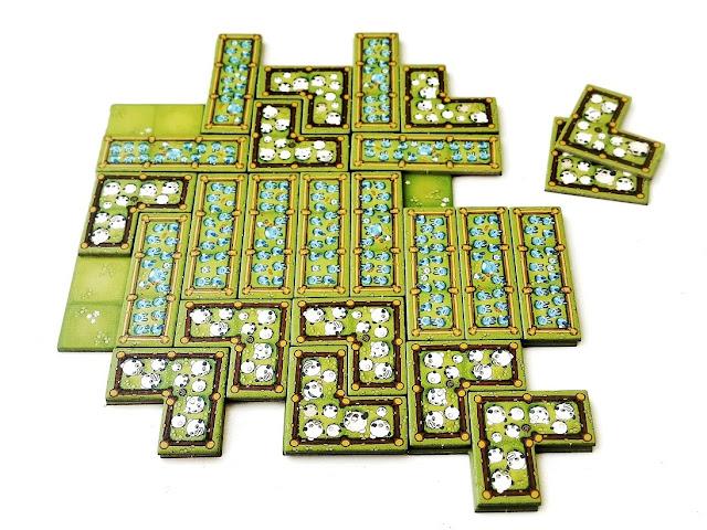 na zdjęciu zakończenie rozgrywki, na planszy ułożone już wszystkie kafle jakie się zmieściły, gracz z kaflami w kształcie litery L został z dwoma elementami