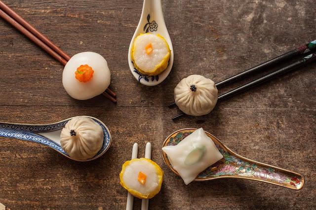 Có tổng cộng trên dưới 100 món khác nhau được chế biến chủ yếu từ nguyên liệu bột gạo, bột mì… và các loại nhân thịt, nhân hải sản được hấp bằng những xửng tre, nhưng quan trọng là phải uống với trà.