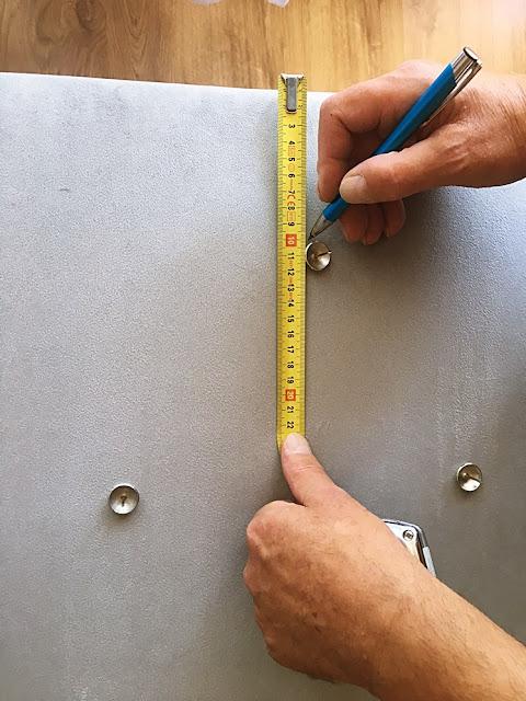 Nanieś delikatnie ołówkiem punkty, w których chcesz umieścić gwoździe tapicerskie.