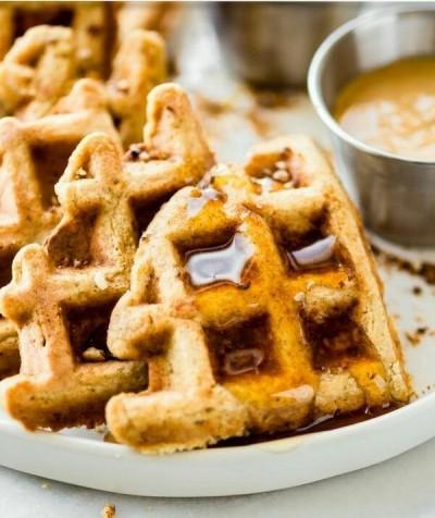 Tekstur waffle ini lebih ringan dan lembut karena adonannya tidak menggunakan tepung.