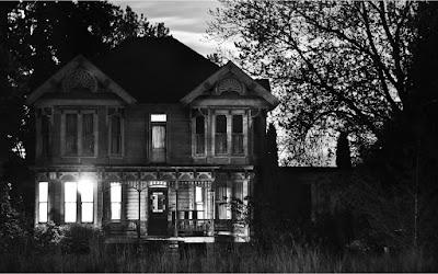 Suara aneh dari balik rumah tua