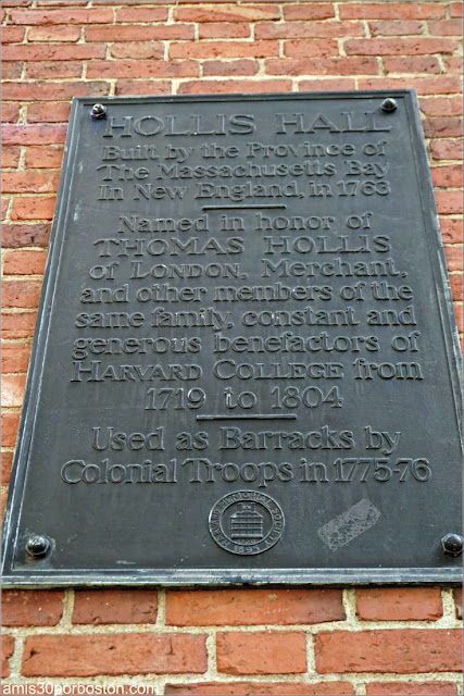 Placa del Hollis Hall en el Campus de la Universidad de Harvard