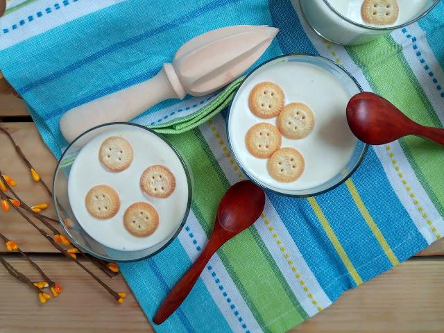 Crema de limón, coco y yogur. Postre de verano sencillo, fácil, rápido, refrescante, en vasito, sin horno, para novatos. Cuca