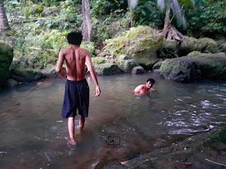 mandi sungai di desa merpas
