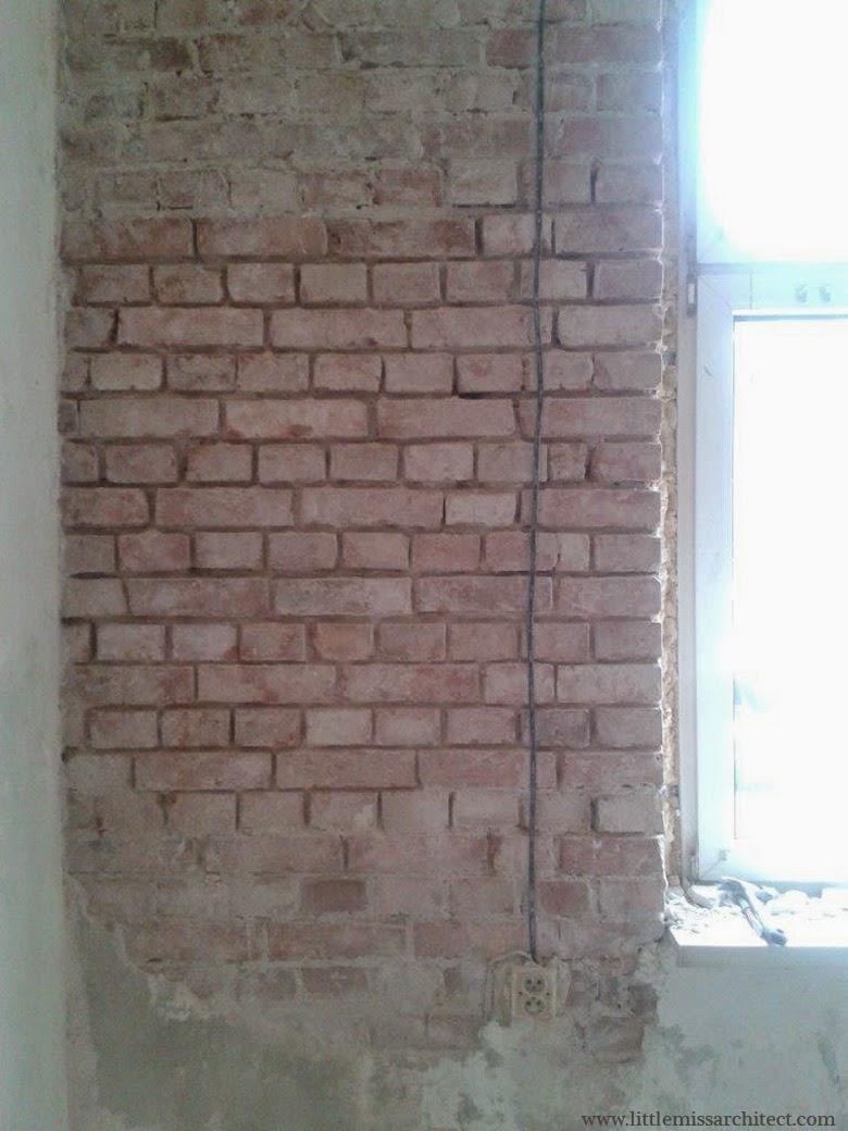 odkrywanie cegły w kamienicy, przebudowa mieszkania w kamienicy.