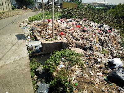 sampah menumpuk di saluran/ sungai