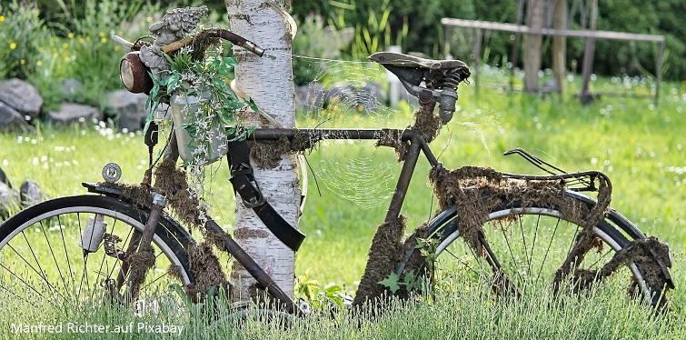 Altes Rad als Deko für den Garten