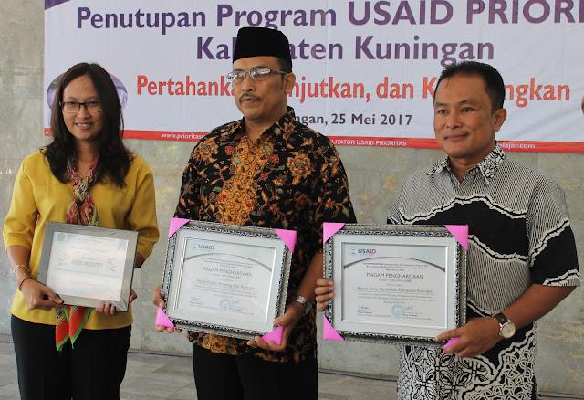 Koordinator USAID PRIORITAS Jawa Barat Erna Irnawati, Kepala Dinas Pendidikan Dian Rahmat Yanuar (kanan), dan Kepala Kantor Kemenag Mujayin (tengah) berfoto bersama usai saling tukar piagam penghargaan dan cindera mata (25/5).