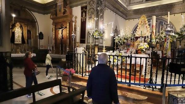 The Virgen del Rocío receives its devotees