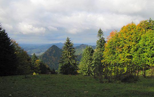 Nowa Góra widziana z podejścia na Trzy Korony.