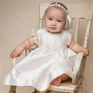 bayi perempuan cantik memakai gaun