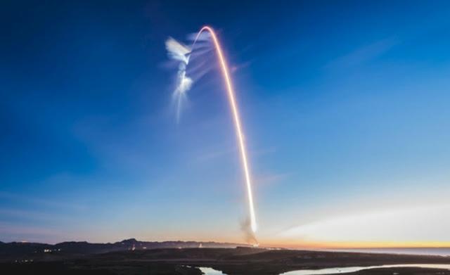 يظهر مسار الصواريخ المحير في سماء كاليفورنيا