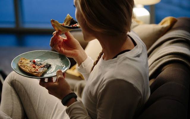 BE WARNED: THIS IS WHAT EATING LATE AT NIGHT DOES TO YOUR BODY