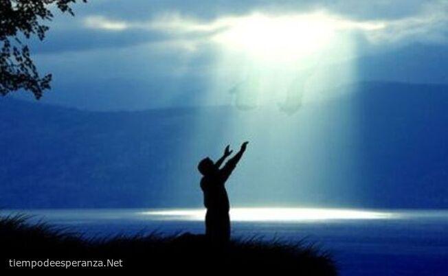 Hombre levantando las manos al cielo pidiendo ayuda de Dios
