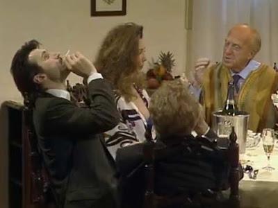 Martini fuma marijuana con la testa reclinata
