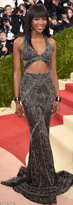 naomi campbell on the red carpet of met gala 2016