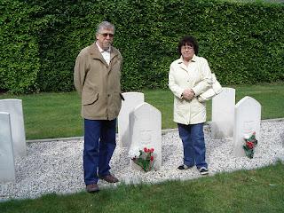 Autor z żoną przy grobie Alojzego