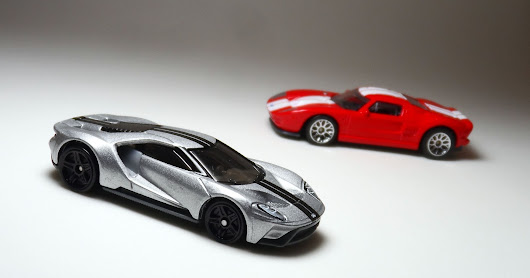 2017 Ford GT (Hot Wheels) e Ford GT (Matchbox)