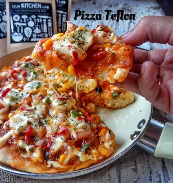 Pizza yakni salah satu masakan orisinil Italia yang masih sangat terkenal hingga ketika ini Resep dan Cara Membuat Pizza Sederhana Menggunakan Alat Masak Teflon