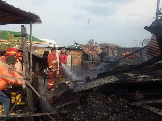 Petugas pemadam kebakaran memadamkan api yang membakar 3 rumah warga.
