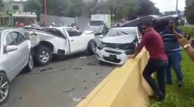 Aparatoso accidente múltiple autopista Duarte-VIDEO