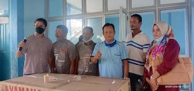 Angkat Perekonomian Nelayan,Zarfi Deson, Serahkan Bantuan Mesin Tempel.