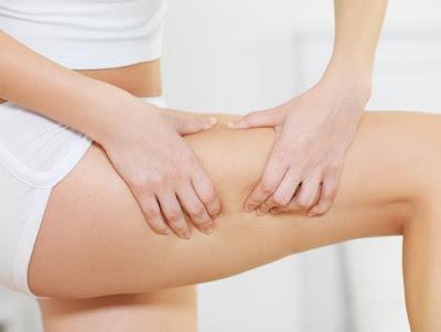 S'envelopper de plastique: afin de perdre du poids, désintoxiquer le corps et éliminer la cellulite